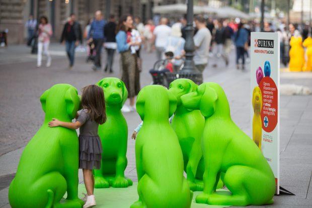 statue cani verdi bambina