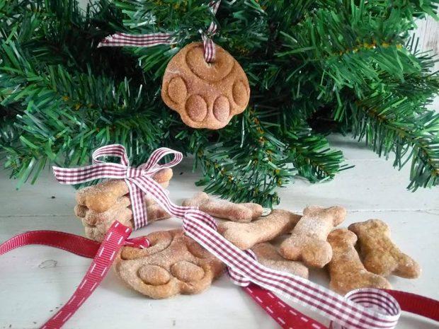 biscotti zampa di cane sull'albero di natale